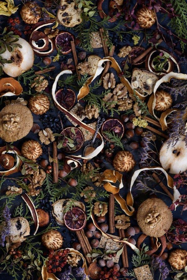 Vue aérienne des épices, des fruits, des écrous et des ingrédients mélangés de pâtisserie Thème de Noël ou de thanksgiving photo stock