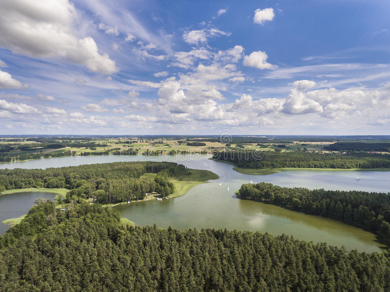 Vue aérienne des îles et des nuages verts au matin ensoleillé d'été photo libre de droits