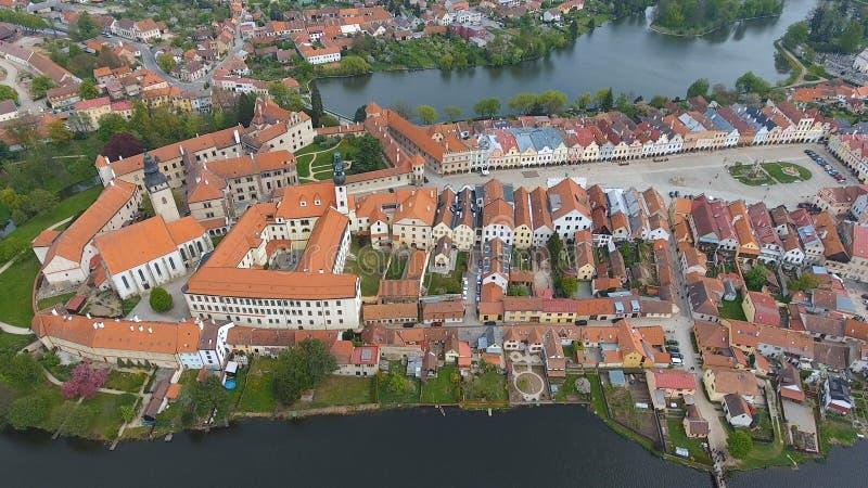 Vue aérienne des bâtiments avec des toits de tuile rouge sur la place médiévale et le vieux château Telc, République Tchèque images libres de droits