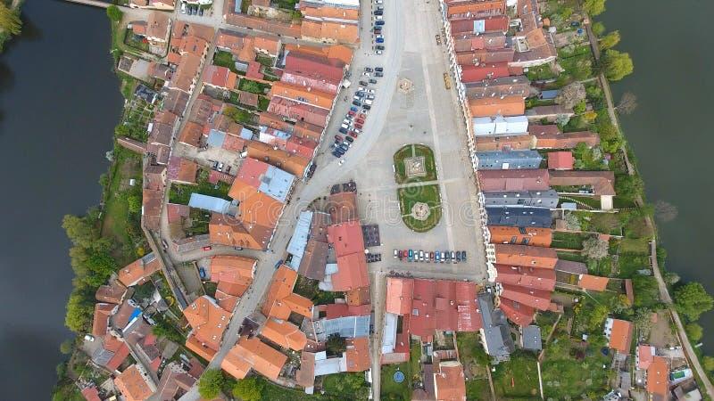 Vue aérienne des bâtiments avec des toits de tuile rouge sur la place médiévale et le vieux château Telc, République Tchèque photo libre de droits