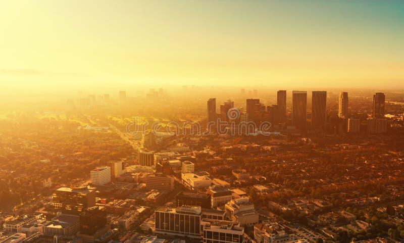 Vue aérienne des bâtiments sur le Bd. de Wilshire en LA photos libres de droits