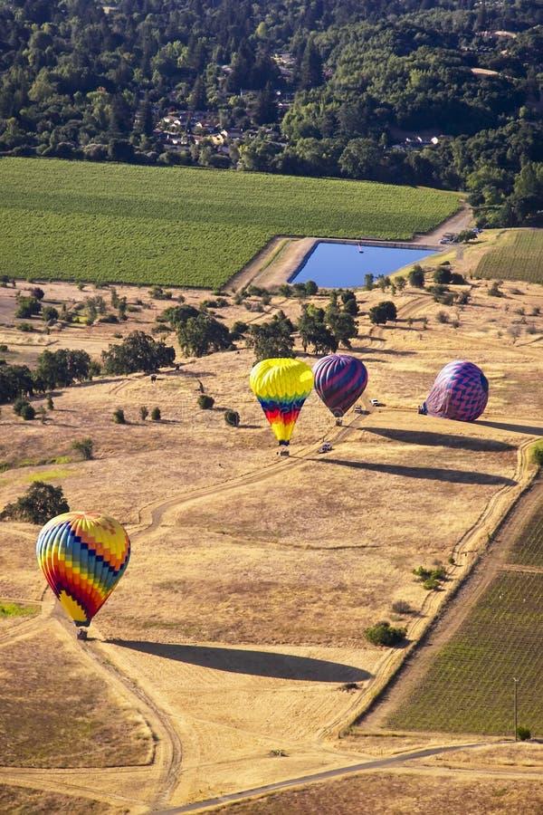 Vue aérienne des ballons à air chauds au sol photographie stock