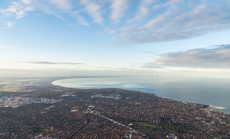 Vue aérienne des banlieues presses de la plage du sud de Melbourne image libre de droits