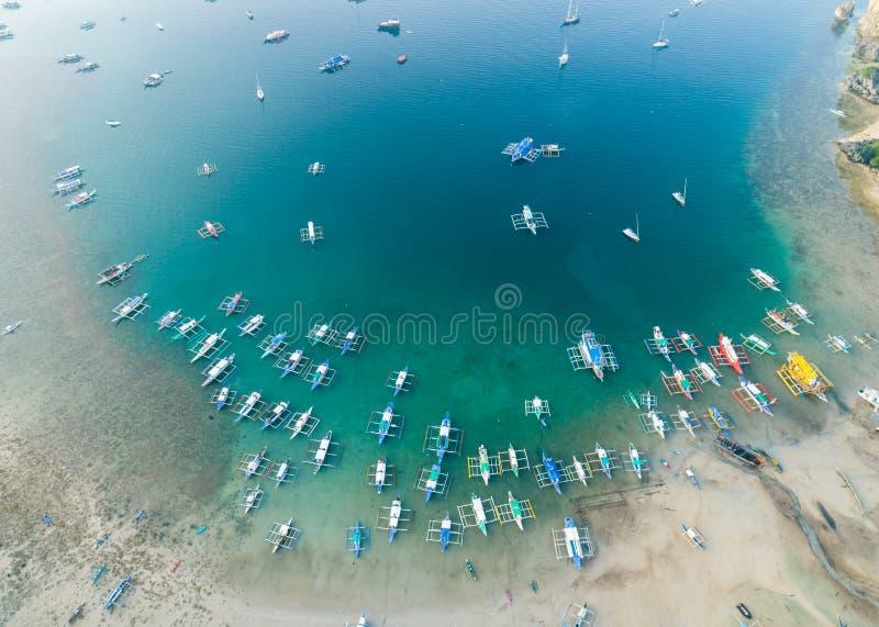 Vue aérienne des bateaux ancrés dans la baie avec de l'eau espace libre et turquoise Bateaux dans la lagune tropicale ?le de Pala images libres de droits