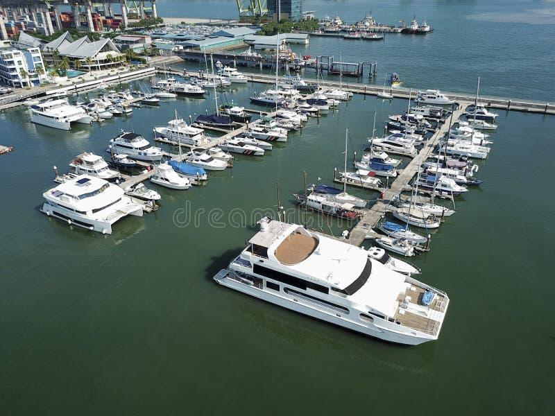 Vue aérienne des bateaux au dock image stock