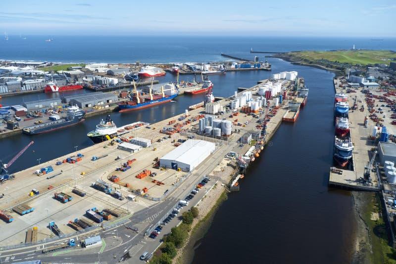 Vue aérienne des bateaux de port d'Aberdeen avec le pétrole et les réservoirs à gaz et les navires de mer images stock