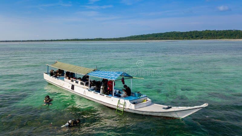 Vue aérienne des bateaux en bois de pêche traditionnels à l'océan photos libres de droits