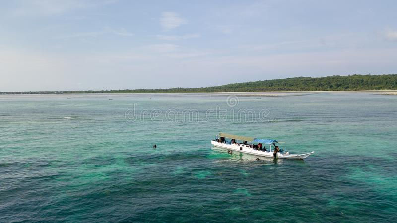 Vue aérienne des bateaux en bois de pêche traditionnels à l'océan photo libre de droits