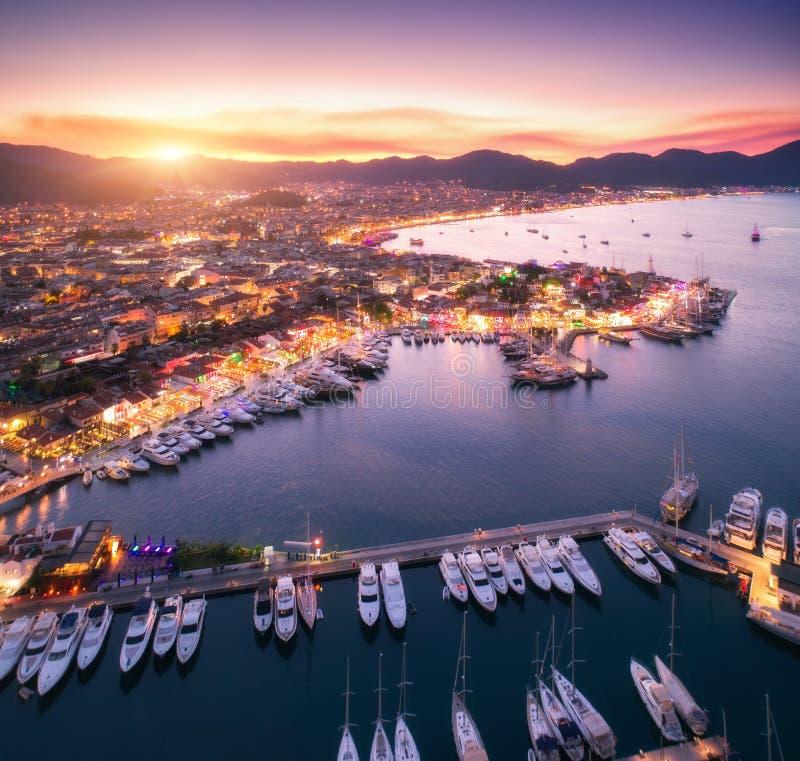 Vue aérienne des bateaux et de la belle ville au coucher du soleil dans Marmaris, T photos libres de droits