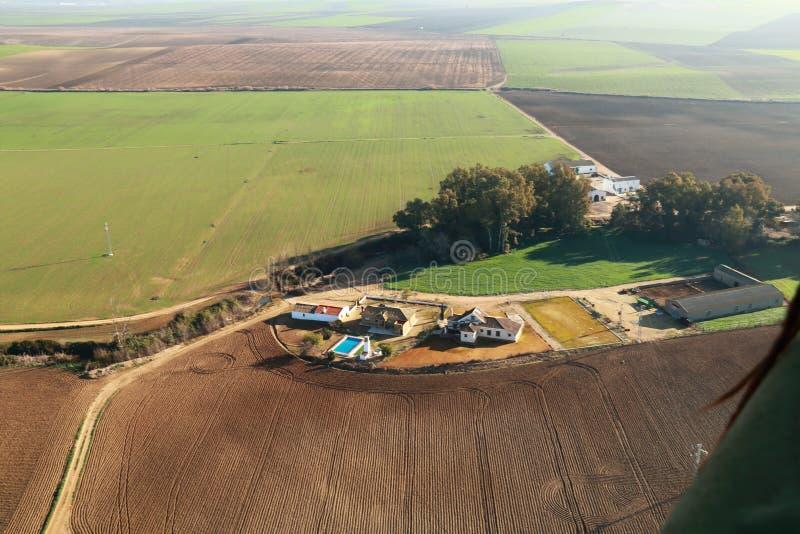 Vue aérienne des champs et des terres cultivables photo stock