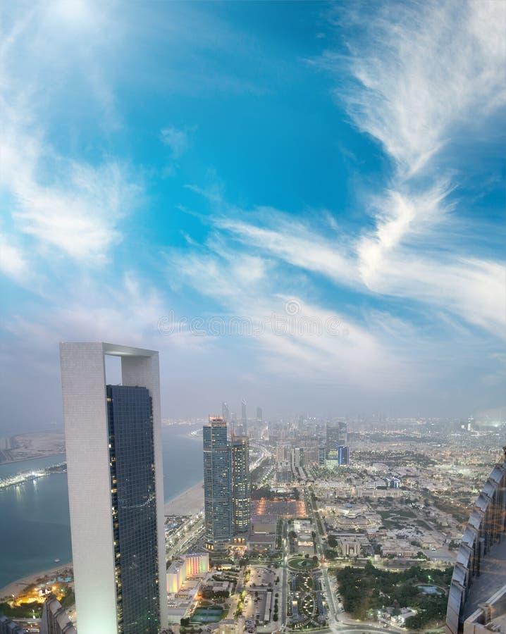 Vue aérienne des constructions de routes de Corniche la nuit, Abu Dhabi photographie stock libre de droits