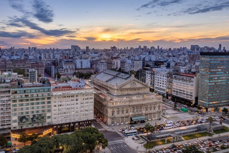 Vue aérienne des deux points Columbus Theatre et 9 De Julio Avenue au coucher du soleil - Buenos Aires, Argentine de Teatro photos stock