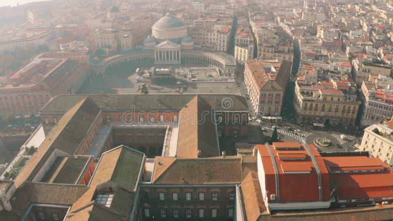 Vue aérienne des Di Napoli de Palazzo Reale ou des Di San Carlo de Royal Palace, de Teatro et de place de Piazza del Plebiscito à photographie stock libre de droits