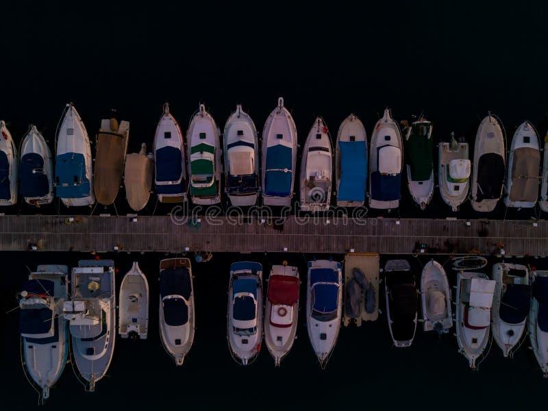 Vue aérienne des Doc.s avec beaucoup de yachts accouplés l'un à côté de l'autre image stock