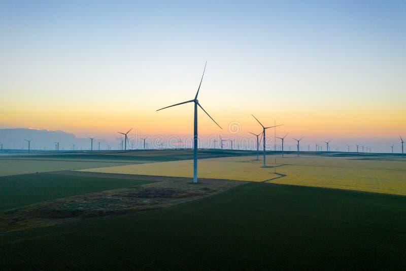 Vue aérienne des générateurs éoliens dans un beau domaine de blé Ferme éolienne de turbine Silhouette de turbine de vent Turbines photo libre de droits