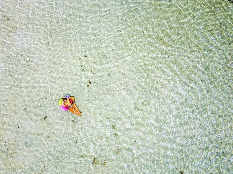 Vue aérienne des gens pendant les vacances d'été avec une belle fille sur lilo coloré branché et de se détendre et bronzer sur le image stock