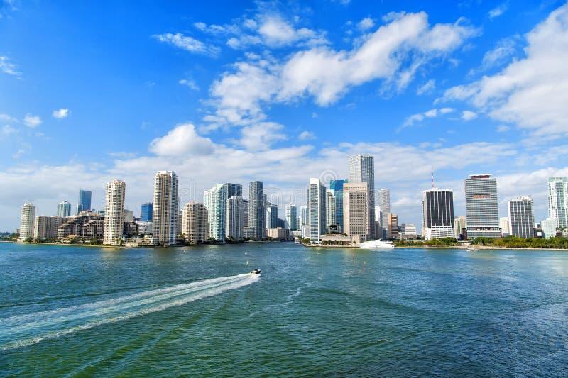 Vue aérienne des gratte-ciel de Miami avec le ciel nuageux bleu, voile de bateau photo libre de droits