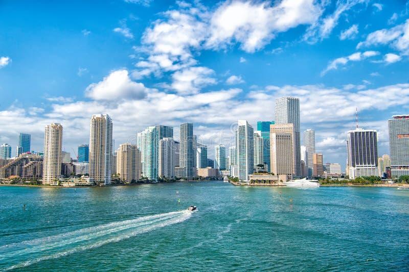 Vue aérienne des gratte-ciel de Miami avec le ciel nuageux bleu, navigation blanche de bateau à côté de Miami du centre image libre de droits
