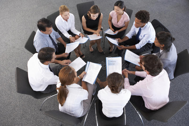 Vue aérienne des hommes d'affaires assis en cercle lors du séminaire de société photographie stock libre de droits