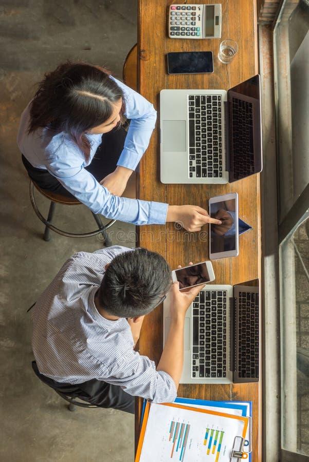 Vue aérienne des hommes d'affaires discuter au sujet du travail photos stock
