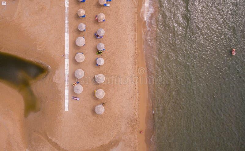 Vue aérienne des lits pliants sur la plage Corfou Grèce l'Europe images libres de droits