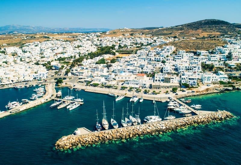 Vue aérienne des maisons blanches de style grec dans Naoussa, Grèce photo stock