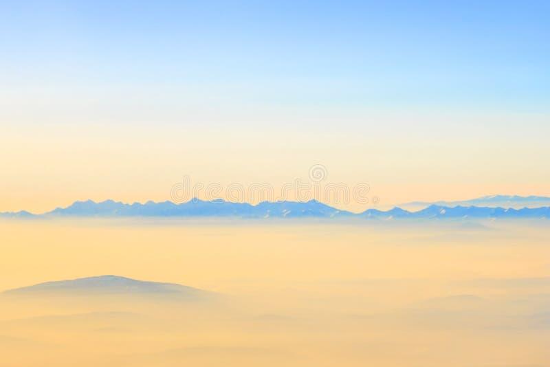 Vue aérienne des montagnes alpines photographie stock