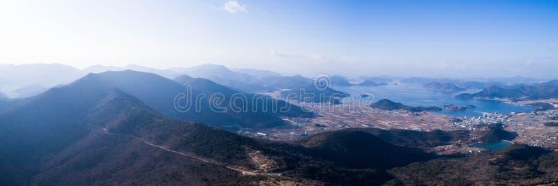 Vue aérienne des montagnes, du village et de la mer photos stock