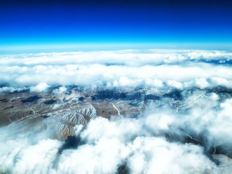 Vue aérienne des montagnes et des nuages sur le dessus photo libre de droits