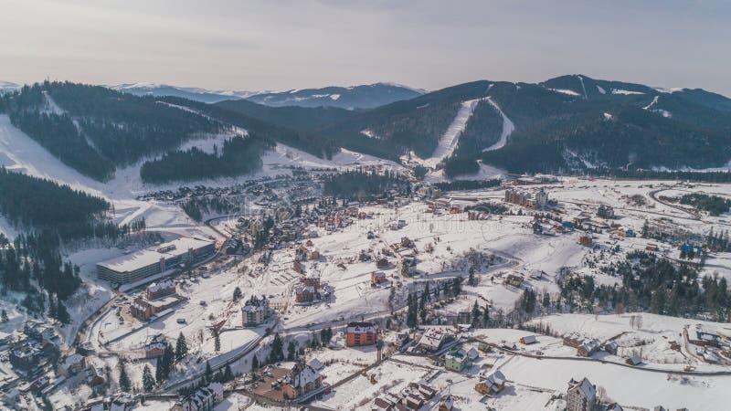 Vue aérienne des montagnes L'hiver neige Bukovel photos libres de droits