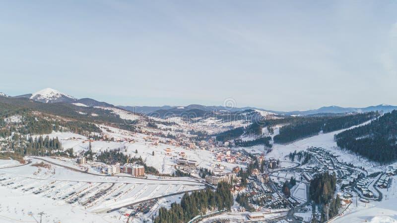 Vue aérienne des montagnes L'hiver neige Bukovel images stock