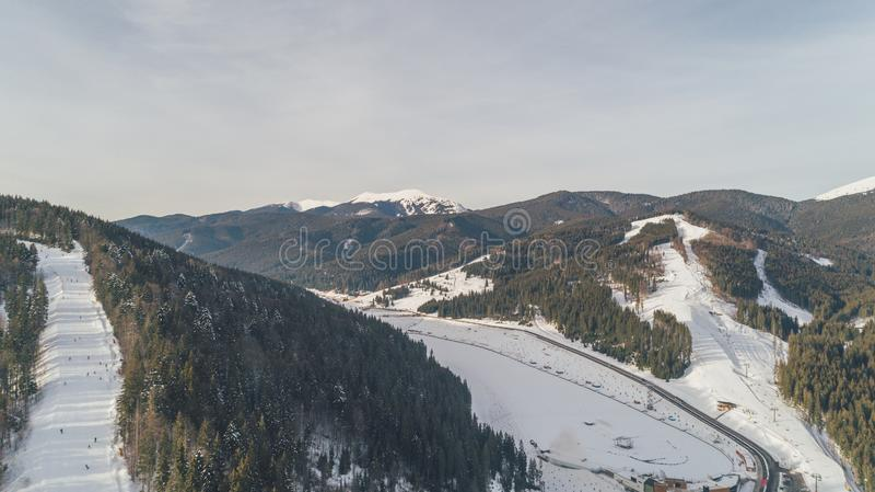 Vue aérienne des montagnes neige L'hiver photos libres de droits