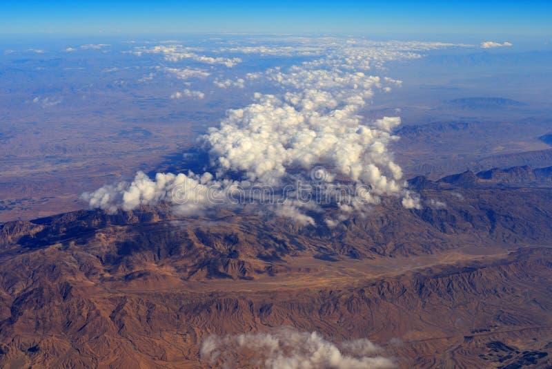 Vue aérienne des montagnes sous les nuages en Iran images libres de droits
