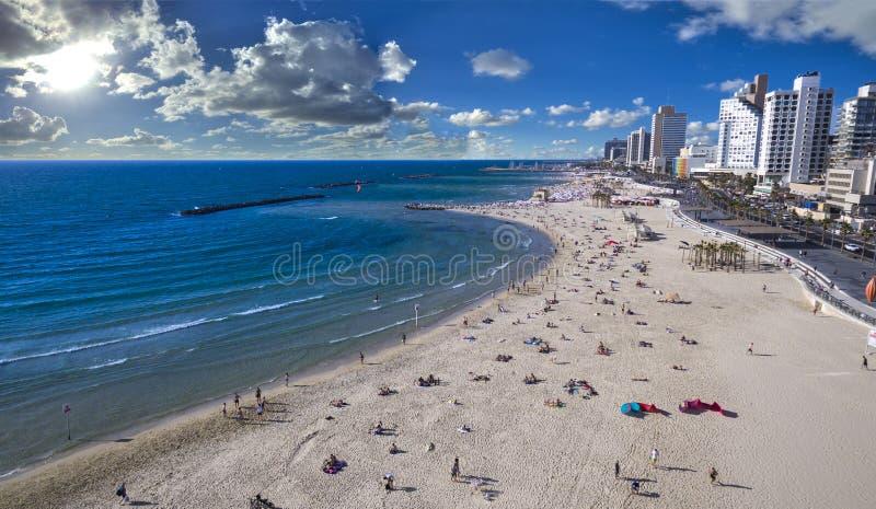 Vue aérienne des personnes se baignant au soleil, sur la plage de Tel Aviv surfer de cerf-volant glissant à travers l'océan bleu, photographie stock