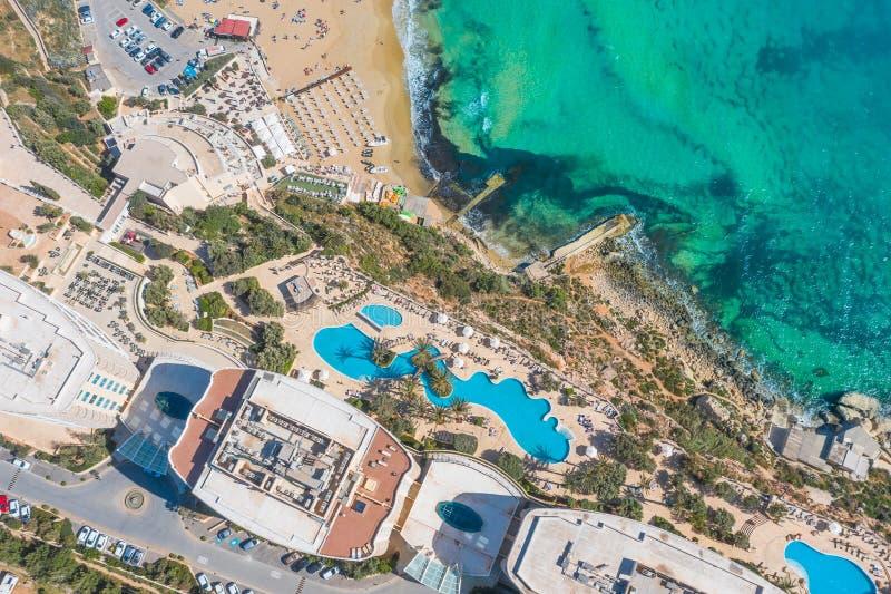 Vue aérienne des piscines de bâtiment d'hôtel, plage sablonneuse, côte de station de vacances sur la côte méditerranéenne image libre de droits