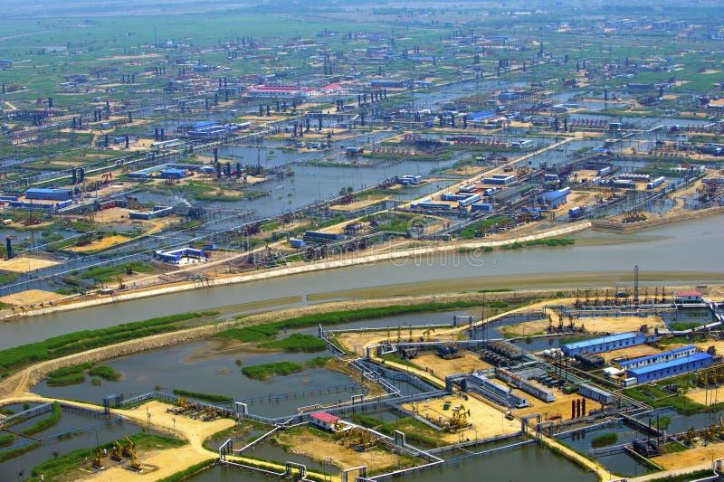 Vue aérienne des pompes à huile. image stock