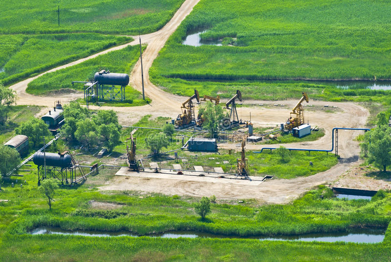Vue aérienne des pompes à huile images stock