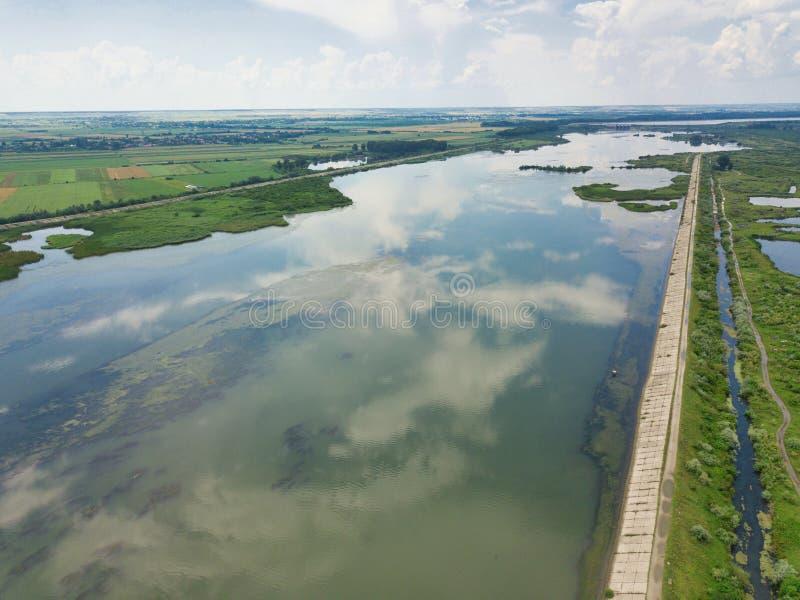 Vue aérienne des réflexions bleues de petit morceau de rivière un jour ensoleillé d'été image libre de droits