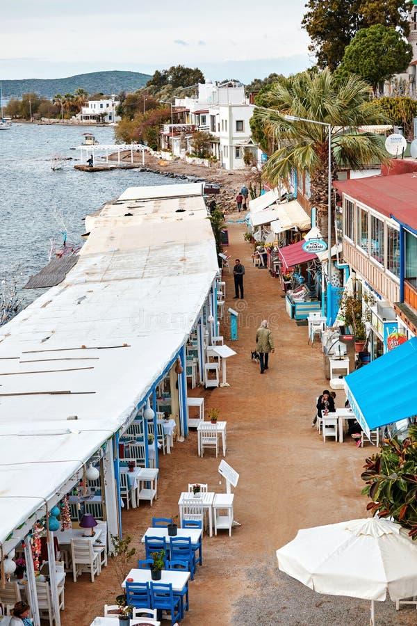 Vue aérienne des restaurants de poissons de bord de la mer de littoral de gumusluk dans le bodrum, la dinde et les personnes marc photo libre de droits