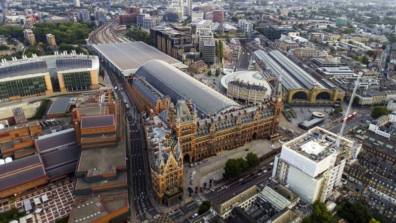 Vue aérienne des Rois Cross et des gares ferroviaires de Saint-Pancras à Londres, R-U photo libre de droits
