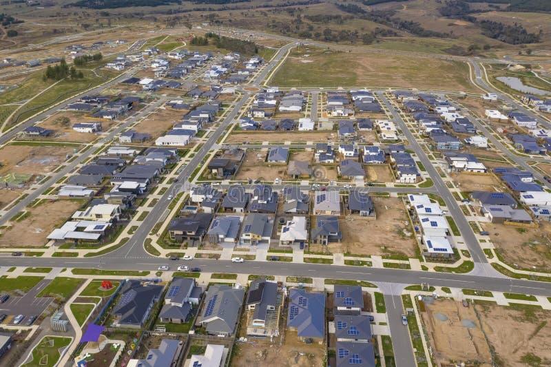 Vue aérienne des rues, des maisons et de l'ensemble immobilier privé image libre de droits