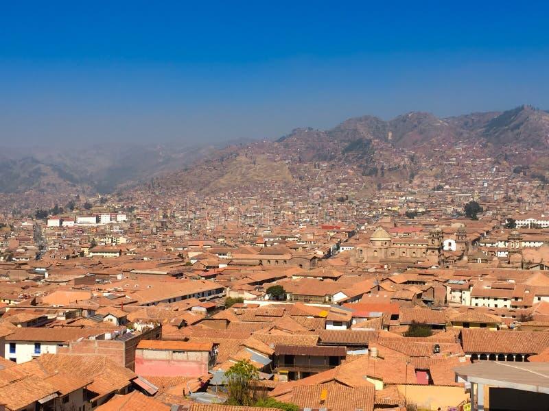 Vue aérienne des toits carrelés rouges des bâtiments dans Cusco, Pérou photos stock