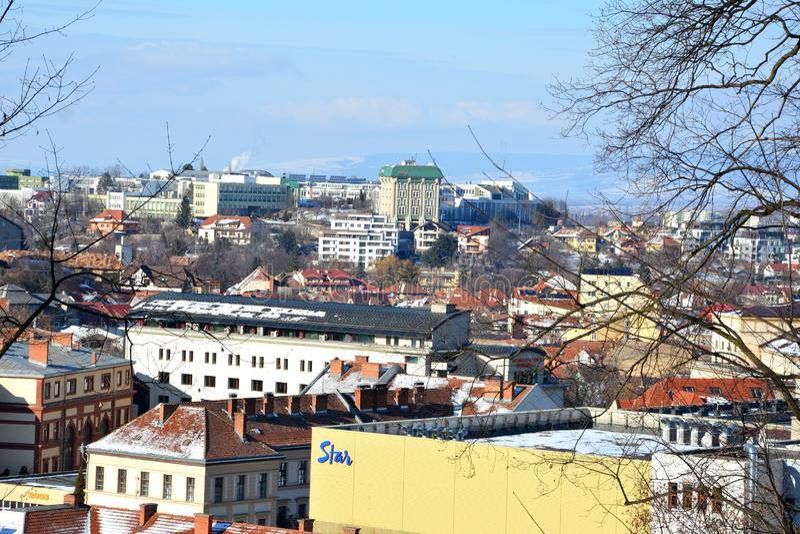 Vue aérienne des toits Paysage urbain typique de la ville Brasov, une ville situé en Transylvanie, Roumanie images stock