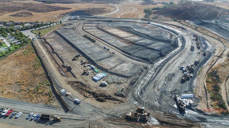 Vue aérienne des tracteurs sur une construction SI d'ensemble immobilier privé photographie stock libre de droits