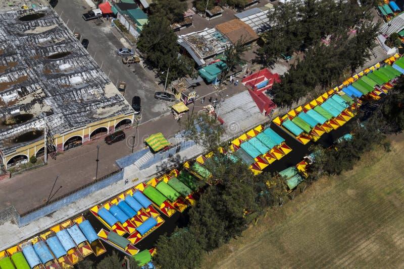 Vue aérienne des trajineras mexicains dans le xochimilco photographie stock libre de droits