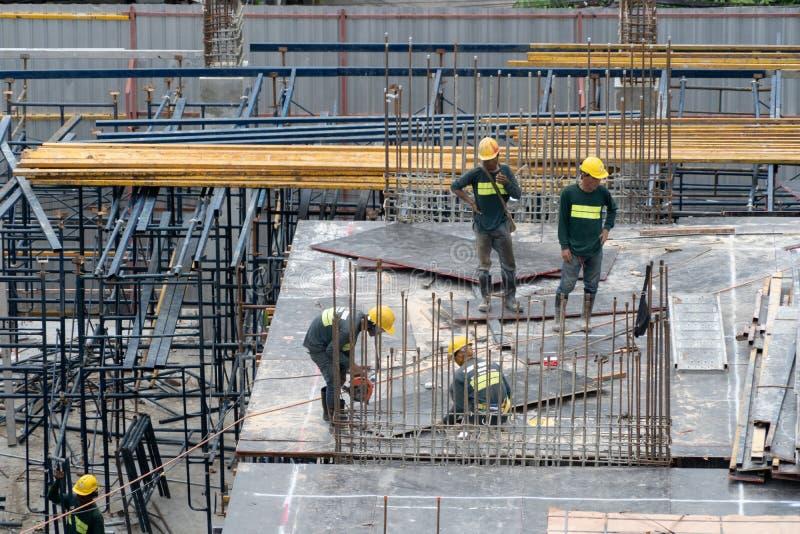 Vue aérienne des travailleurs industriels occupés de chantier de construction avec le travail de grues Vue supérieure d'architect photos libres de droits