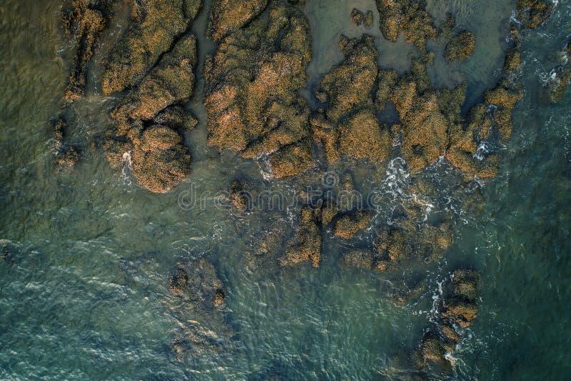 Vue aérienne des vagues de mer et de la côte rocheuse fantastique, photographie stock libre de droits