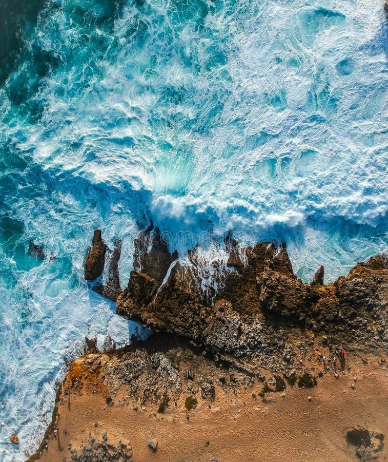 Vue aérienne des vagues se brisant contre le littoral photographie stock