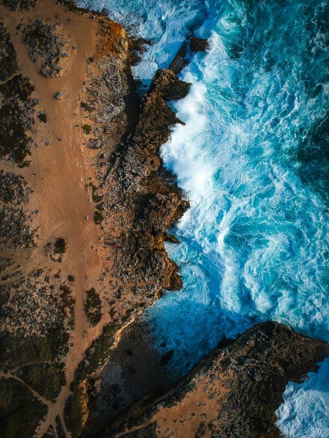 Vue aérienne des vagues se brisant contre le littoral images stock