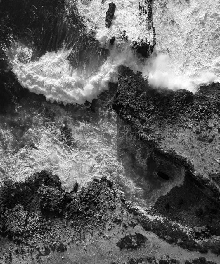 Vue aérienne des vagues se brisant contre le littoral photographie stock libre de droits